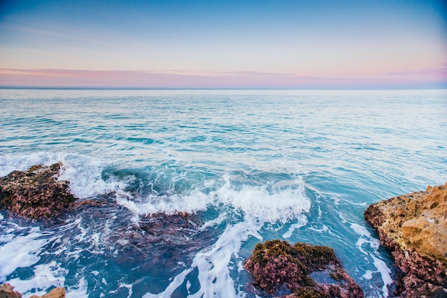 Schilderachtige rotsachtige kust cape milazzo. sicilië, italië