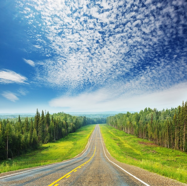 Schilderachtige snelweg in alaska, vs. dramatische uitzicht wolken