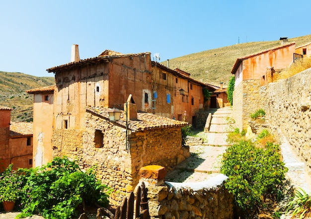 Schilderachtige stenen huizen in de gewone spaanse stad