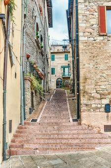 Schilderachtige straten van de middeleeuwse stad van assisi, umbrië, italië
