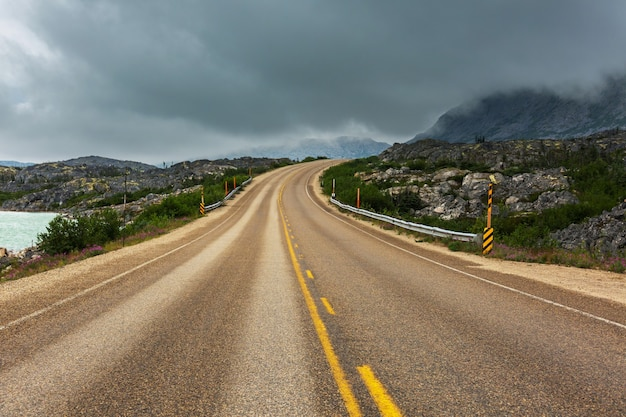 Schilderachtige weg in de bergen. reis achtergrond.