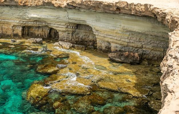 Schilderachtige zeegrotten bevinden zich aan de middellandse zeekust.