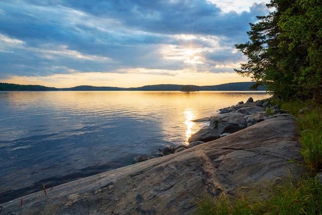 Schilderachtige zonsondergang aan de kust van het eiland