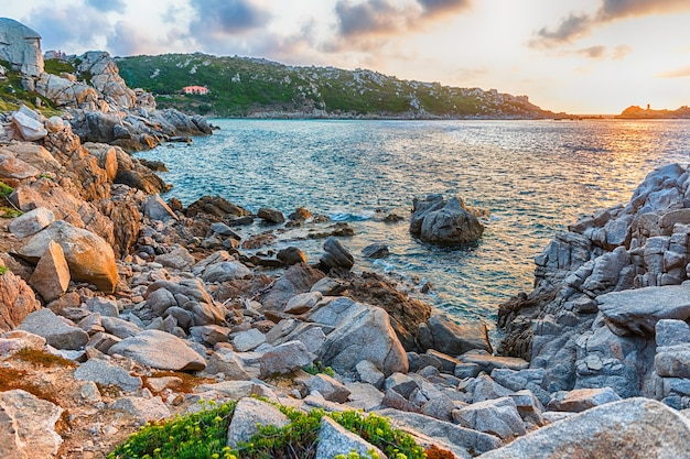 Schilderachtige zonsondergang boven de zee tussen de prachtige granieten rotsen van santa teresa gallura