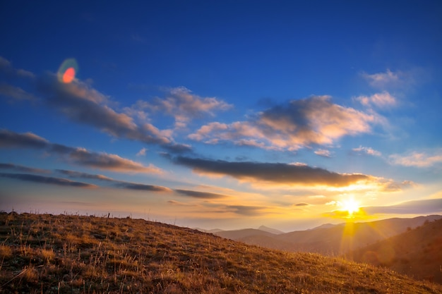 Schilderachtige zonsondergang in de bergen in de herfst