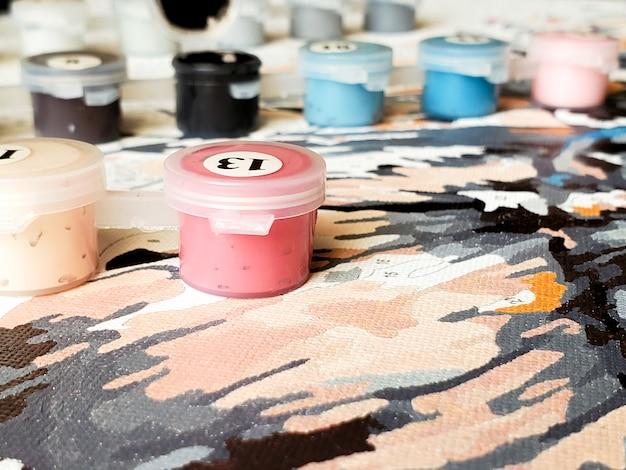 Schilderen op canvas voor beginners. beginnende artiest. borstels en verf op doek close-up