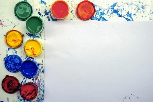 Schilderij apparatuur met kopie ruimte op wit papier textuur voor presentaties met verf pallete heldere kleur