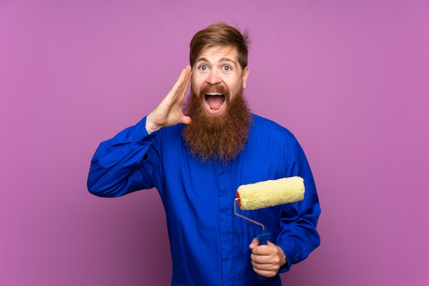 Schildersmens die met lange baard over geïsoleerde purpere muur met wijd open mond schreeuwen