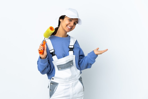 Schildervrouw over geïsoleerde witte muur die een idee voorstelt terwijl het glimlachen naar kijkt