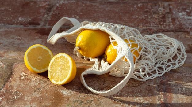 Schildpadzak met verse citroenen