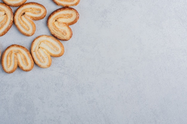 Schilferige koekjes samengebundeld op een marmeren oppervlak