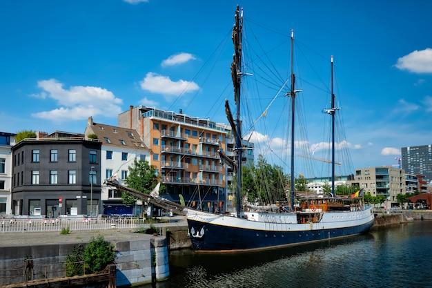 Schip afgemeerd in willemdock in antwerpen, belgië, europa