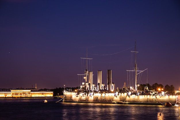 Schip aurora in st. petersburg, rusland, in de nacht in juni