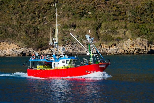Schip bij de baai van pasaia, baskenland.