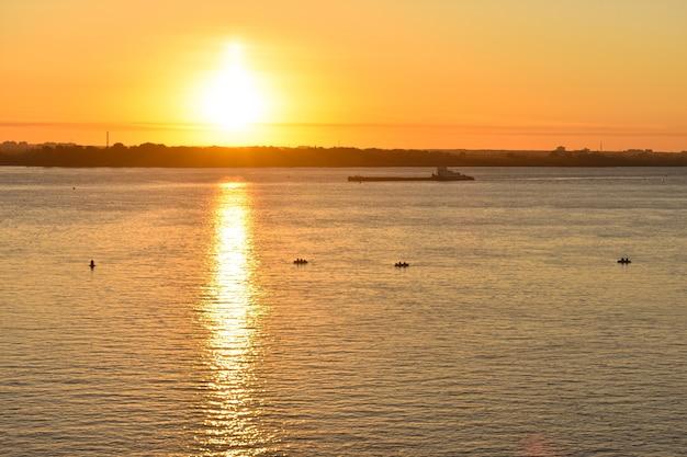 Schip drijft op de rivier bij zonsopgang