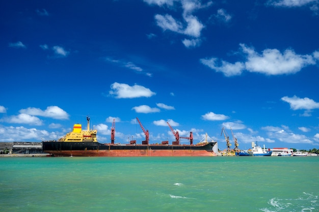 Schip in de haven van cabedelo, in de buurt van joao pessoa, paraiba, brazilië op 8 februari 2009.