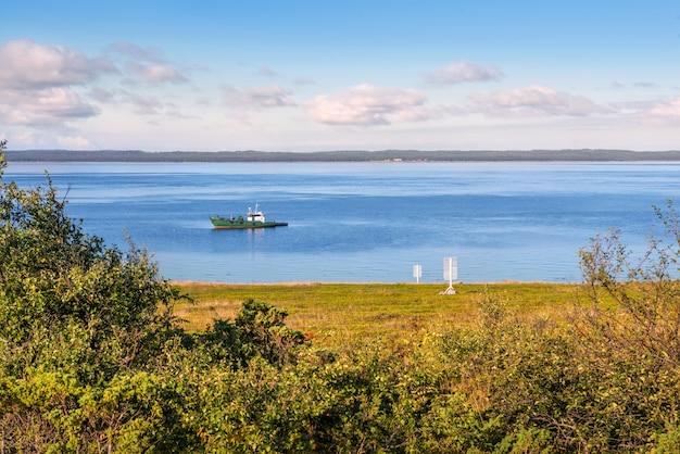 Schip in de witte zee voor de kust van anzer island solovetsky islands