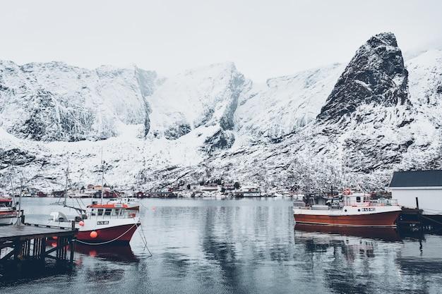 Schip in vissersdorp hamnoy op lofoten-eilanden, noorwegen