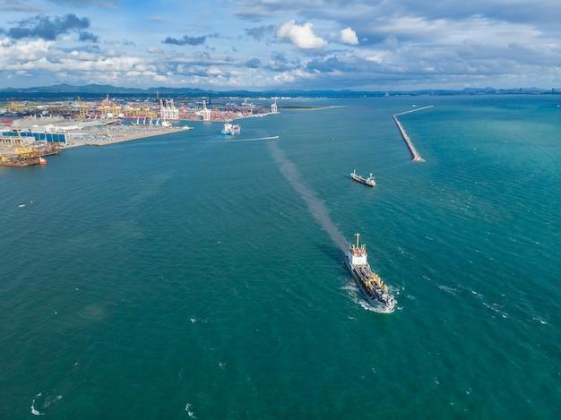 Schip loader tanker op de zee