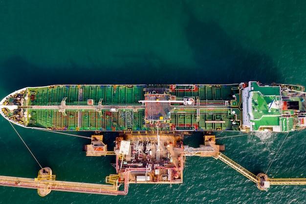 Schip met olietanker, drijvende opslageenheid import export petroleumgas lpg en cng luchtfoto bovenaanzicht
