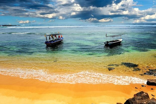 Schip verankerd in de baai. tropisch strand