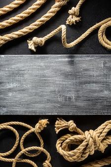 Schipkabel bij zwarte textuur als achtergrond