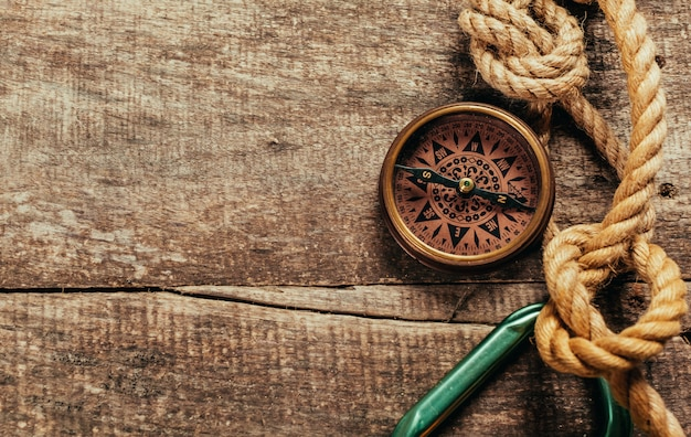 Schipkabels en kompas op houten achtergrond
