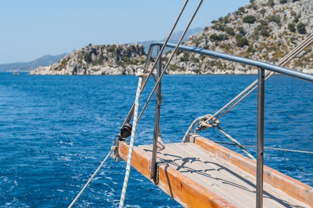 Schipladder ans blauwe zee. zonnige zomerdag voor de vakantie