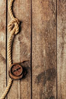 Schiplijnen en kompas op houten achtergrond