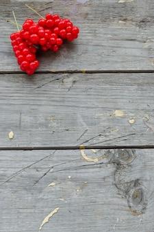 Schisandra bessen op houten achtergrond, seizoensgebonden tuin fruit oogst.