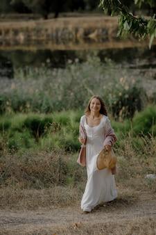 Schitterend en meisje dat in de camera glimlacht kijkt. mooie gelukkige vrouw in een natuurlijke entourage.