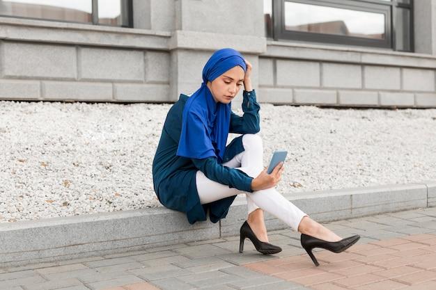 Schitterend meisje met hijab buitenshuis een selfie te nemen