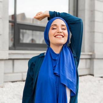 Schitterend meisje met hijab glimlachen