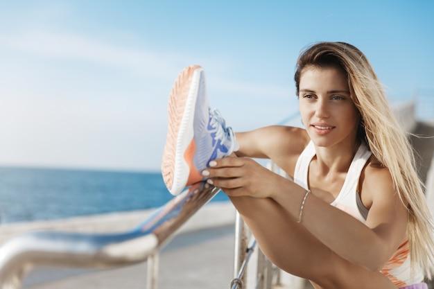 Schitterende ambitieuze atletische sportvrouwentraining tijdens ochtendtraining buitenshuis