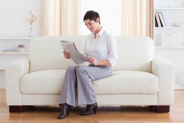 Schitterende brunette die het nieuws leest