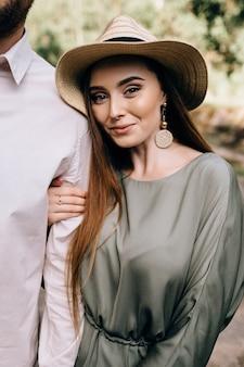 Schitterende jonge vrouw met oprechte glimlach poseren. close-up portret van fascinerende dame.