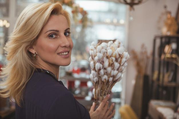 Schitterende rijpe vrouw die thuis decoropslag winkelen