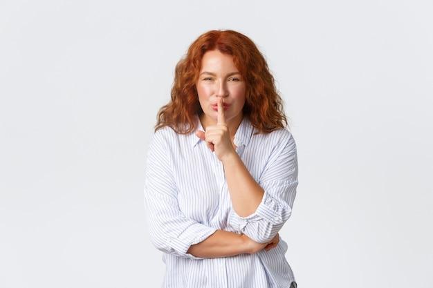 Schitterende roodharige vrouw van middelbare leeftijd vraagt stil te houden