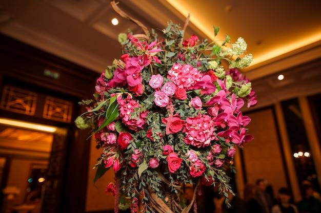 Schitterende roze bloemsamenstelling als decoratie