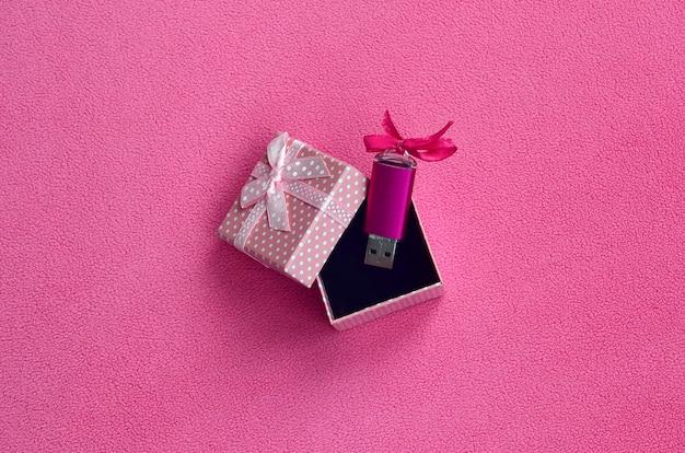 Schitterende roze usb flash-geheugenkaart met een roze strik