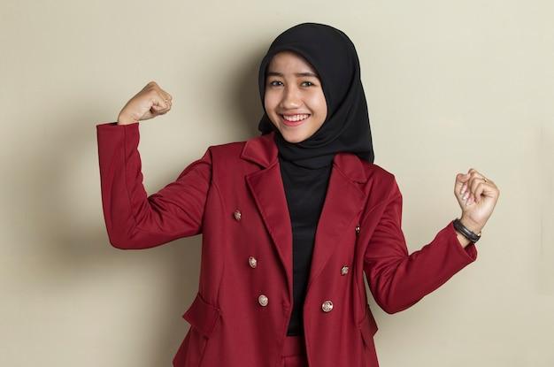 Schitterende sterke jonge aziatische bedrijfsvrouw die hijab draagt