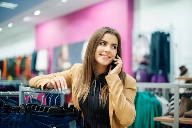 Schitterende vrouw aan de telefoon