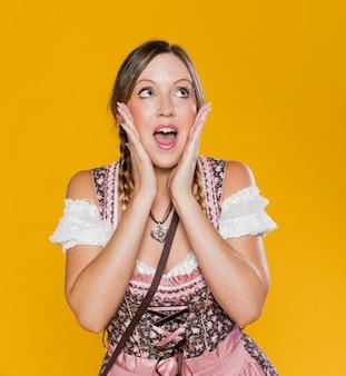 Schitterende vrouw in beiers kostuum
