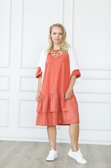 Schitterende vrouw in een jurk