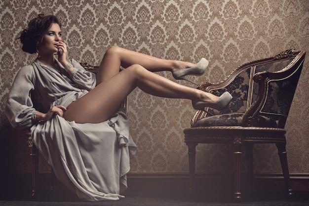 Schitterende vrouw in mooie jurk