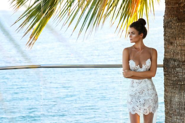 Schitterende vrouw in mooie witte jurk