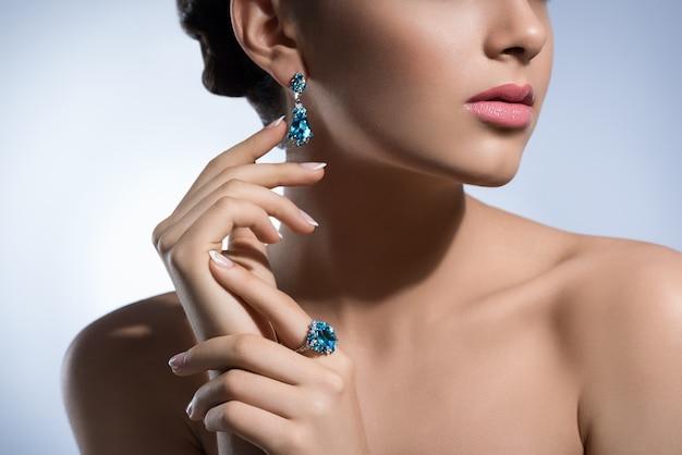 Schitterende vrouw met kostbare juwelen in studio