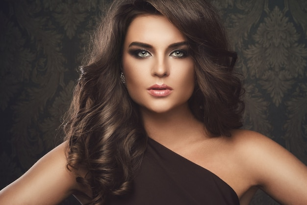 Schitterende vrouw met mooie make-up en kapsel