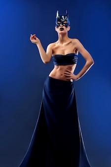 Schitterende vrouwelijke mannequin die hoogste en lange zwarte rok draagt