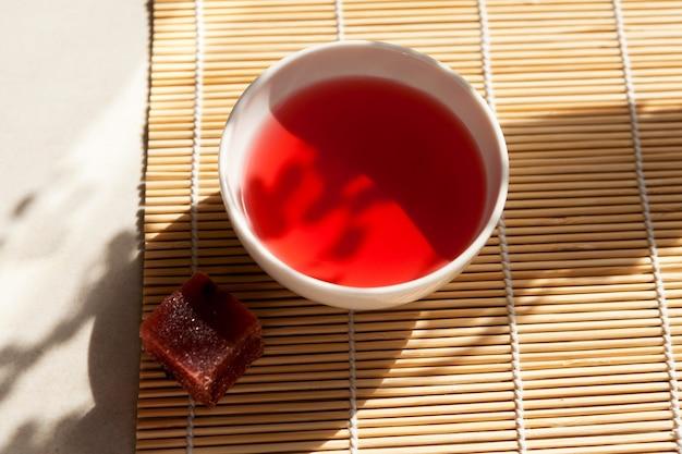 Schizandra-thee - traditionele koreaanse drank. het wordt gebrouwen van chinese schisandra-bessen die in de kruidengeneeskunde worden gebruikt.